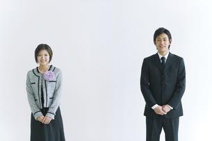 入学式に出席する両親のイメージの写真素材 [FYI02932447]