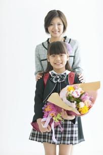 ランドセルを背負って花束を持つ女の子と母親の写真素材 [FYI02932448]