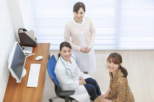 笑顔の患者と女医と看護師の写真素材 [FYI02932475]