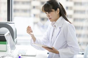 タブレットPCを持つ女性研究員の写真素材 [FYI02932516]