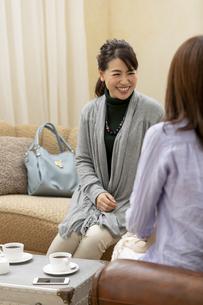 カフェで会話している女性2人の写真素材 [FYI02932524]