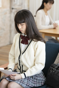 うつむく女子中高生の写真素材 [FYI02932597]