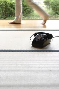畳の上の黒電話の写真素材 [FYI02932624]