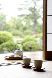 縁側に置かれたお茶の写真素材 [FYI02932626]
