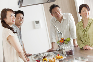 キッチンに立つ2世代家族の写真素材 [FYI02932638]