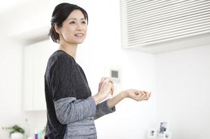 香水をつける中高年女性の写真素材 [FYI02932650]