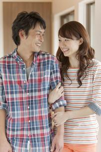 笑顔で寄り添うカップルの写真素材 [FYI02932662]