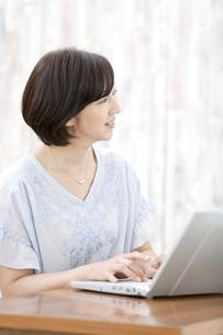 ノートパソコンを操作する中高年女性の写真素材 [FYI02932692]