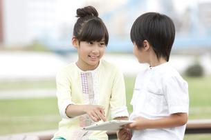 タブレットPCで遊ぶ子供たちの写真素材 [FYI02932704]