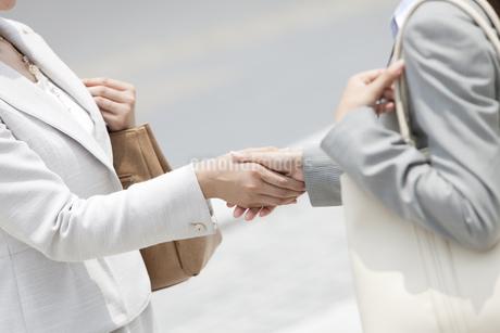 握手をするビジネスウーマンの手元の写真素材 [FYI02932734]