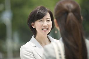 笑顔で話すビジネスウーマン2人の写真素材 [FYI02932735]
