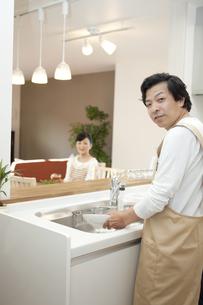 皿洗いをする中高年男性の写真素材 [FYI02932768]