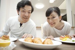 朝食を食べる中高年夫婦の写真素材 [FYI02932776]