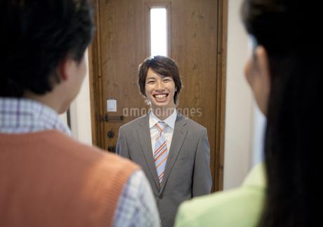 笑顔のセールスマンの写真素材 [FYI02932785]