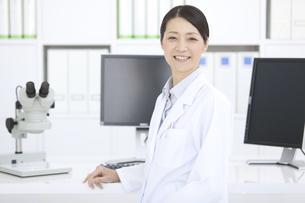 笑顔の女性研究員の写真素材 [FYI02932814]