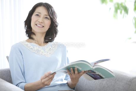 本を読む女性の写真素材 [FYI02932816]
