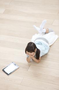 タブレットPCを持つ女の子の写真素材 [FYI02932822]