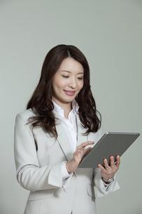 タブレットPCを見るビジネスウーマンの写真素材 [FYI02932825]