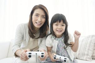 ゲームをする女の子と祖母の写真素材 [FYI02932841]