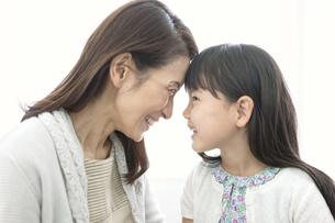 おでこをあわせる女の子と祖母の写真素材 [FYI02932844]