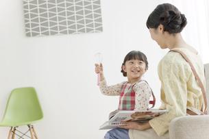 笑顔の娘と母親の写真素材 [FYI02932869]