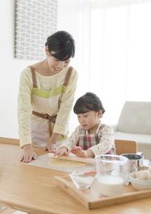 クッキーを作る女の子と母親の写真素材 [FYI02932871]