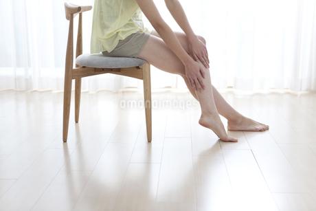 フットマッサージをする女性の写真素材 [FYI02932882]