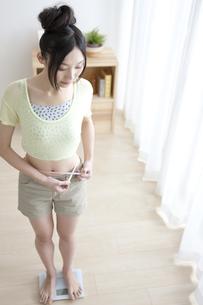 体重とウエストを測る女性の写真素材 [FYI02932883]