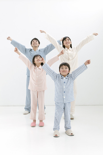 体操をする家族4人の写真素材 [FYI02932887]