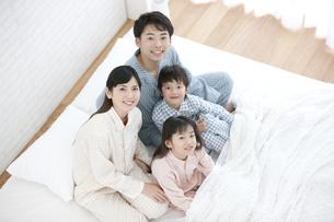 ベッドに座る家族4人の写真素材 [FYI02932906]