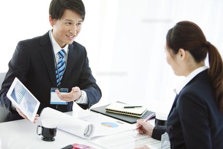 打ち合わせをするビジネスマンとビジネスウーマンの写真素材 [FYI02932918]