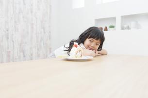 ケーキを見ている女の子の写真素材 [FYI02932922]