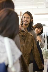 ショッピングをするカップルの写真素材 [FYI02932924]