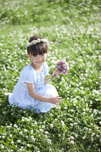 花束を持つ女の子の写真素材 [FYI02932958]