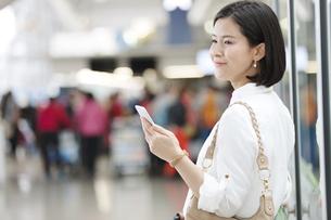 スマートフォンを持つ女性の写真素材 [FYI02932967]