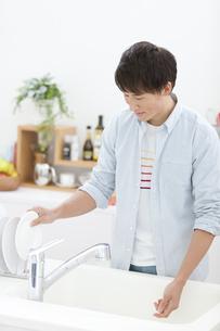 洗い物をする男性の写真素材 [FYI02932981]