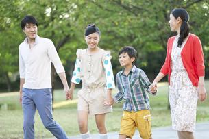 手をつなぐ家族4人の写真素材 [FYI02932993]