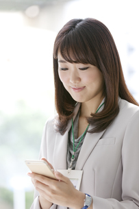 スマートフォンを操作する女性の写真素材 [FYI02932997]