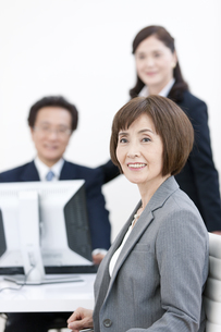 座るビジネスウーマンの写真素材 [FYI02933005]