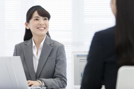 見つめ合うビジネスウーマン2人の写真素材 [FYI02933020]