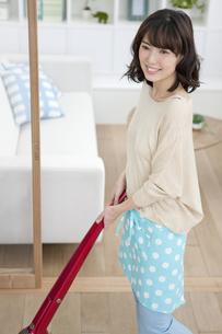 掃除機をかけている女性の写真素材 [FYI02933037]