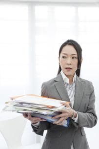 書類を持つビジネスウーマンの写真素材 [FYI02933043]
