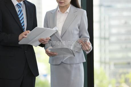 書類を持つビジネスマンとビジネスウーマンの手元の写真素材 [FYI02933045]
