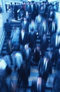 駅を歩くビジネスマンの写真素材 [FYI02933210]