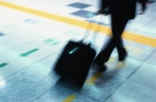 駅を歩くビジネスマンの写真素材 [FYI02933217]