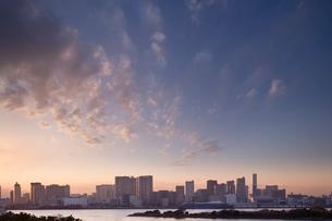 お台場からみる夕暮れの東京の写真素材 [FYI02933571]