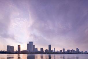 晴海運河の夕景の写真素材 [FYI02933620]