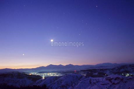 夜明けの越後三山と集落の写真素材 [FYI02933731]