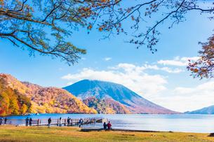中禅寺湖の千手ヶ浜と男体山の写真素材 [FYI02933739]