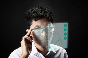 スマートグラスをかけている男性の写真素材 [FYI02933759]